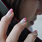 電話でのストーカー被害にあっている女性の写真