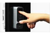 指で指紋認証を行い鍵を解除している写真