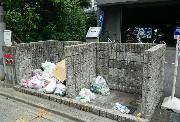 荒れたマンションのゴミ捨て場のイメージ写真